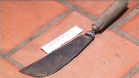 Con dao được tìm thấy ở hiện trường (ảnh: công an cung cấp)
