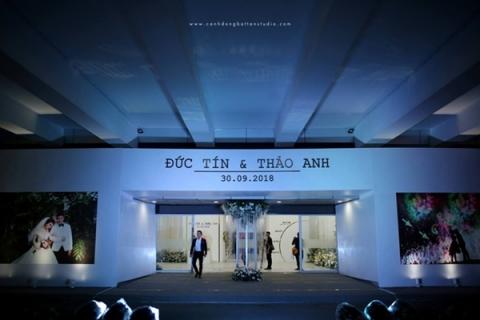 Choáng ngợp với đám cưới 10 tỷ ở Đà Nẵng: Chú rể lái siêu xe lên sân khấu, mời cả ca sĩ hạng A đến góp vui-2