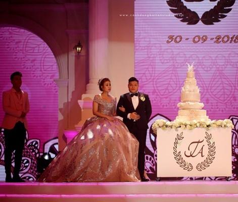 Choáng ngợp với đám cưới 10 tỷ ở Đà Nẵng: Chú rể lái siêu xe lên sân khấu, mời cả ca sĩ hạng A đến góp vui-1