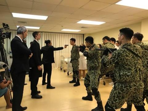 Hé lộ hình ảnh phân cảnh đại úy Duy Kiên - Song Luân đứng trước họng súng bảo vệ Khả Ngân - Ảnh 4.