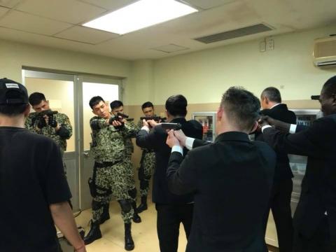 Hé lộ hình ảnh phân cảnh đại úy Duy Kiên - Song Luân đứng trước họng súng bảo vệ Khả Ngân - Ảnh 1.