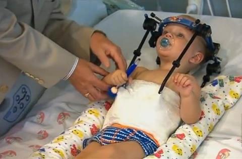 Bé trai 16 tháng tuổi sống sót thần kỳ sau tai nạn lìa đầu