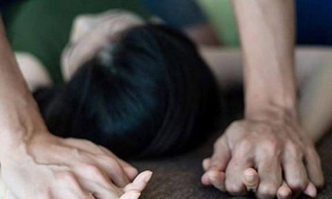 Thanh Hóa: Nguyên Chủ tịch xã bị dân vây giữ vì nghi xâm hại bé gái 8 tuổi ở cánh đồng - Ảnh 1.