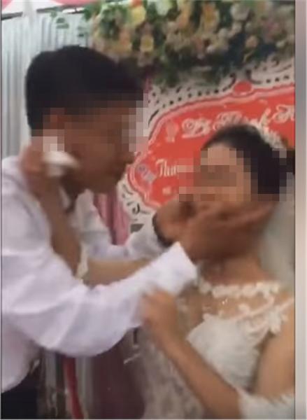 Hàng xóm sát vách hé lộ sự thật gây sốc về nguyên nhân cô dâu hất tay chồng không cho hôn trong đám cưới-1