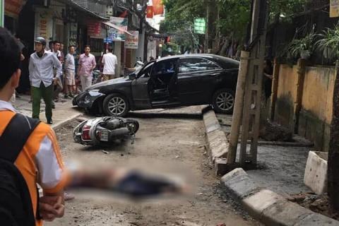 Hà nội: Nữ tài xế lùi ô tô Camry tông trúng chiếc xe máy, một phụ nữ tử vong thương tâm