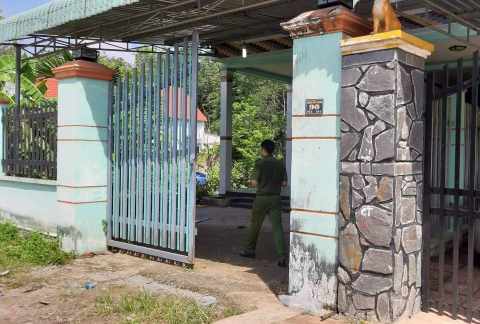 Vụ 2 xác người trong thùng bê tông: Cảnh sát lật từng mảng lá khô trong rừng cao su tìm dấu vết - 1