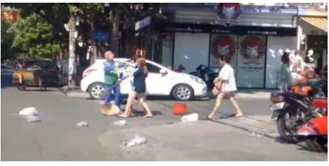 Vụ chị lao công bị đánh vì nhắc nhở xả rác: Xử phạt chủ shop 2,5 triệu đồng - 1