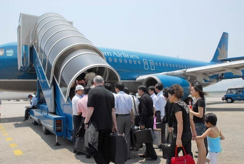 """Khách ngáo đá """"lao như thiêu thân"""" vào khu bay Tân Sơn Nhất - 1"""