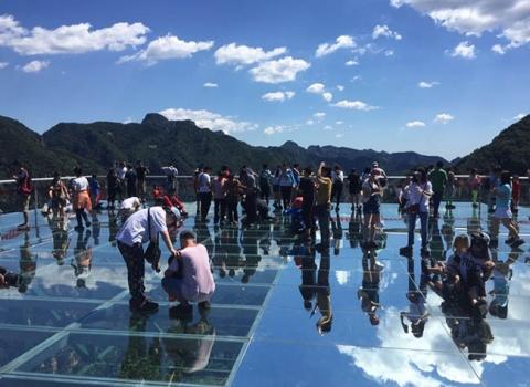 Run rẩy trên 10 cây cầu kính cheo leo trên vách đá ở Trung Quốc - 4