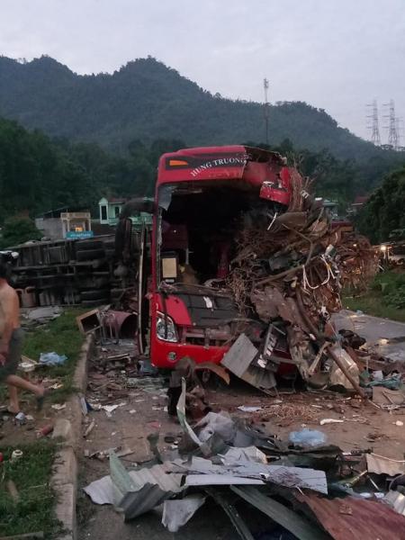 Hiện trường vụ tai nạn kinh hoàng khiến 3 người tử vong, 38 người bị thương ở Hòa Bình - Ảnh 13.