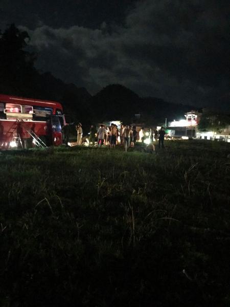 Hiện trường vụ tai nạn kinh hoàng khiến 3 người tử vong, 38 người bị thương ở Hòa Bình - Ảnh 8.
