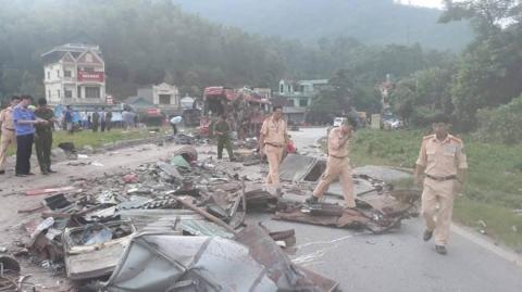Hiện trường vụ tai nạn kinh hoàng khiến 3 người tử vong, 38 người bị thương ở Hòa Bình - Ảnh 16.