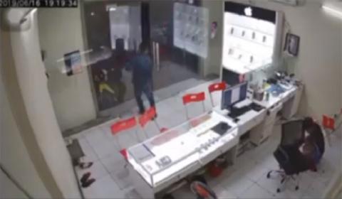 TP.HCM: Gã thanh niên bịt mặt bất ngờ lao vào chém kinh hoàng chủ tiệm điện thoại rồi tẩu thoát - 1