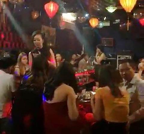 Giữ gần 100 người nhảy múa điên cuồng trong quán bar ở Sài Gòn