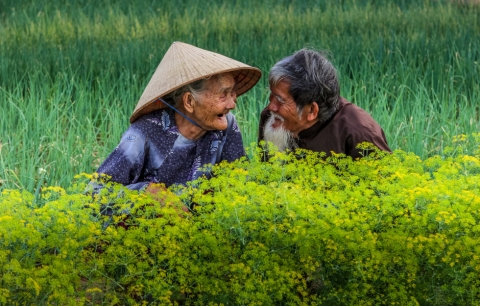 Bức ảnh cụ ông cụ bà Việt nhìn nhau cười hạnh phúc được lên báo nước ngoài, lọt khoảnh khắc tình yêu đẹp nhất-1