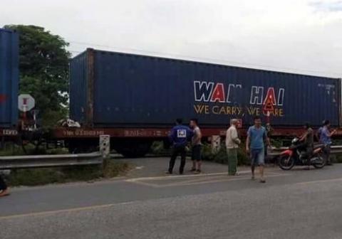 Liên tục đi lại trên đường sắt, người đàn ông trung tuổi bị tàu hỏa đâm tử vong - 1
