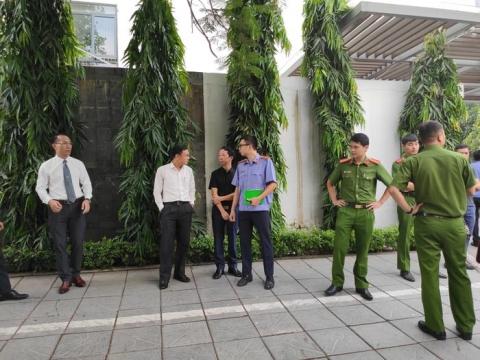 Rất đông cảnh sát cùng những người có liên quan đến vụ án có mặt.