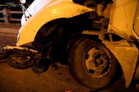 Cận cảnh hiện trường vụ container tông người đi xe máy văng khỏi cầu Thanh Trì - 1