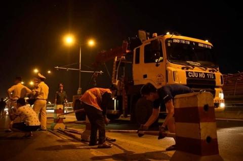 Cận cảnh hiện trường vụ container tông người đi xe máy văng khỏi cầu Thanh Trì - 6