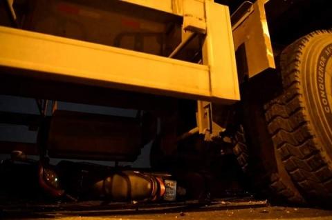Cận cảnh hiện trường vụ container tông người đi xe máy văng khỏi cầu Thanh Trì - 7