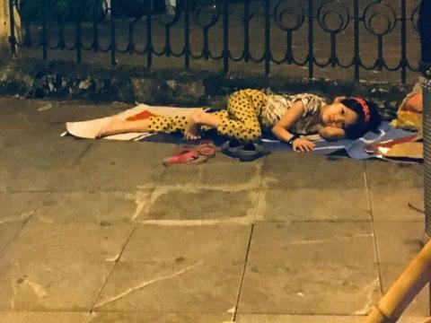 Xót xa hình ảnh bé gái từng gây bão MXH nằm ngủ trên vỉa hè trong đêm vui chiến thắng của ĐT Việt Nam - 1