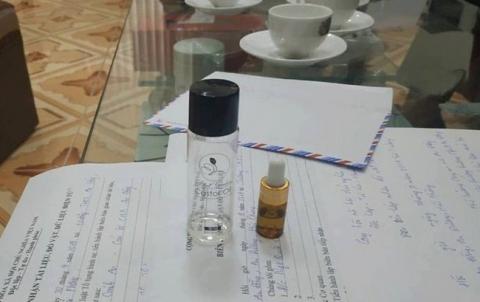2 chai tinh dầu đã được cơ quan chức năng thu giữ