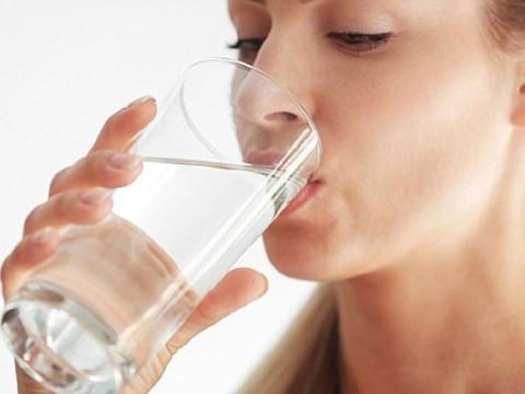 Uống nước kiểu này hại sức khỏe vô cùng, dừng ngay kẻo