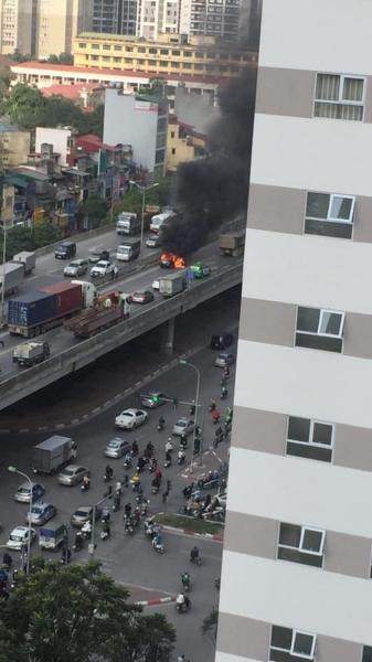 '. Clip: Ô tô bốc cháy dữ dội trên phố Hà Nội, cảnh tượng khiến tất cả xôn xao .'