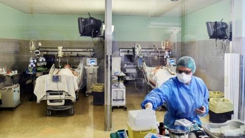 Nhiều nhân viên y tế chống Covid-19 ở Mỹ đang làm việc trong điều kiện khan hiếm trang thiết bị bảo hộ.