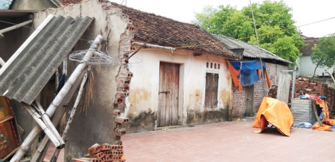 Căn nhà cũ nát nơi anh Tâm đang sống.