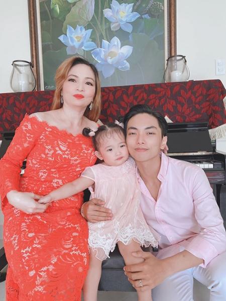 khanh-thi-khen-me-chong-xinh-dep-b94-4946186