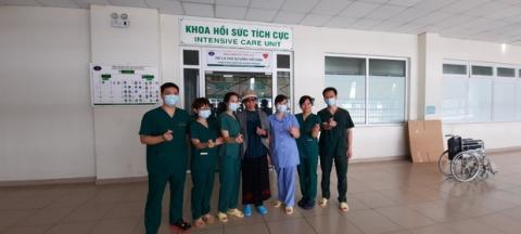 Bác gái bệnh nhân 17 xuất viện về TP.HCM sau gần 3 tháng điều trị Covid-19 - 1