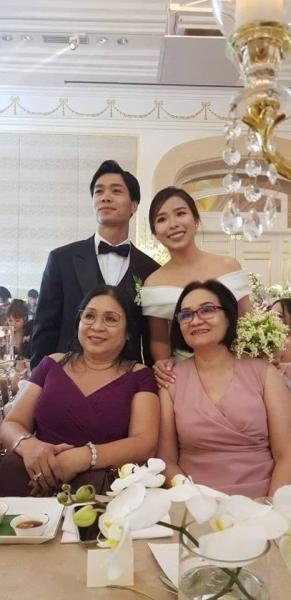 Công Phượng hạnh phúc bên vợ sắp cưới Viên Minh trong đám hỏi.