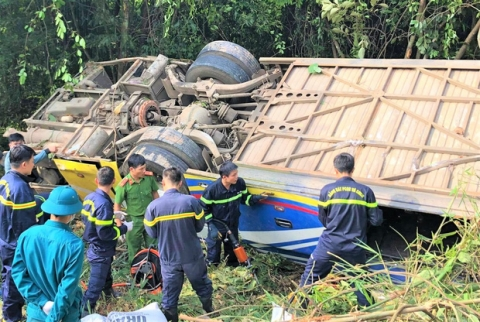 Vụ xe khách lao xuống vực khiến 6 người chết: Tai nạn xảy ra khi trời sương mù, xe vừa đổi tài xế - 1