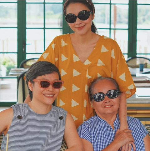 Tăng Thanh Hà thu hút đông đảo sự chú ý khi đăng tải ảnh bên chị gái và mẹ ruột. Trông cả ba giản dị nhưng đầy trẻ trung và tươi tắn.