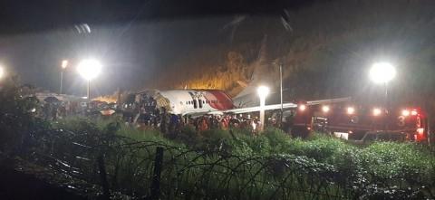 17 người chết trên máy bay Ấn Độ gãy đôi khi hạ cánh