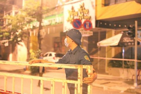 Thêm 1 bệnh viện và các tuyến đường ở Đà Nẵng dỡ bỏ lệnh cách ly, người dân và y bác sĩ vỗ tay hát vang - 3