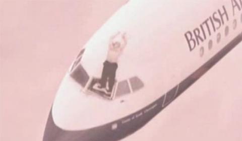Chuyến bay tử thần của 81 con người gặp tai nạn giữa không trung khiến phi công bị hút văng nửa người ra ngoài và cái kết khó tin