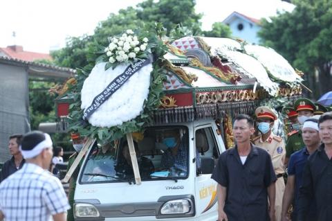 Người bố nghẹn ngào sau đám tang chiến sĩ CSCĐ: 'Tôi thấy video lúc con bị tông mà không dám xem, thương nó quá...' - 3