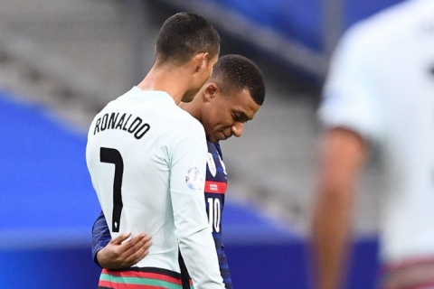Ronaldo mắc Covid-19: Lộ nguy cơ lây nhiễm hàng loạt - 1
