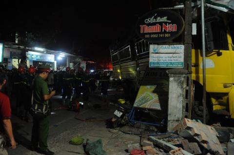 Tai nạn liên hoàn sau cú nổ lớn, ô tô 7 chỗ lao thẳng vào nhà dân, ít nhất 2 người tử vong - 1