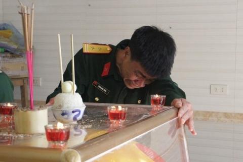 Cha liệt sĩ Phùng Thanh Tùng bật khóc bên bàn thờ con.