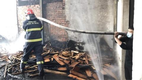Hà Nội: Hỏa hoạn kinh hoàng thiêu rụi nhiều nhà xưởng sản xuất đồ gỗ - 2