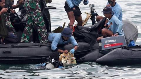 Bóng ma lẩn khuất đằng sau vụ máy bay rơi đầy bi kịch tại Indonesia: Covid-19 - 2