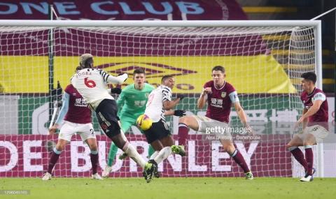 Pogba lập siêu phẩm, Man United chính thức vượt mặt Liverpool, dẫn đầu Premier League - 2