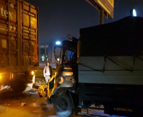 Đâm vào container đỗ bên đường, tài xế xe tải tử vong
