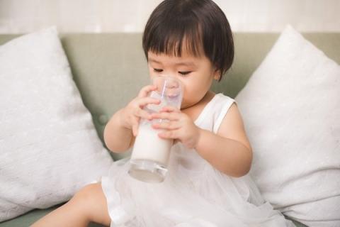 Nên chọn loại sữa đúng với tuổi của bé