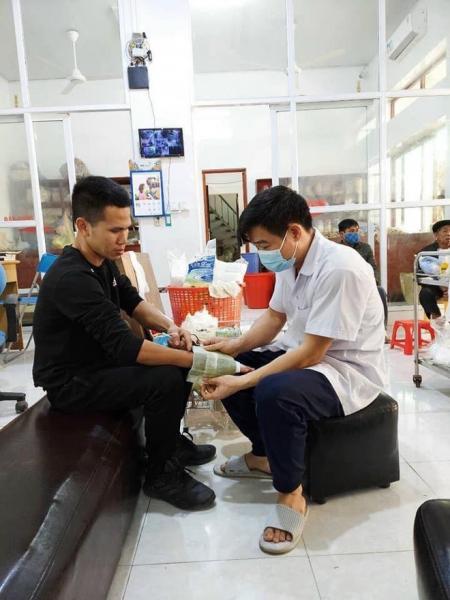 Người hùng cứu bé 3 tuổi rơi từ tầng 12 chung cư ở Hà Nội bị rạn xương tay, phải tạm nghỉ lái xe - Ảnh 1.