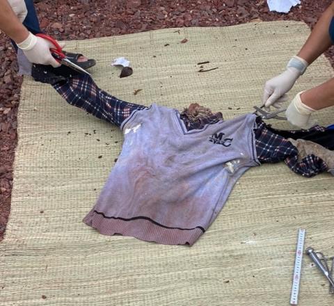 Phát hiện bộ xương người không nguyên vẹn sau 6 lớp áo ấm và áo phao - Ảnh 2.