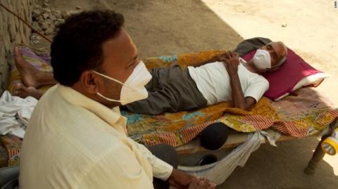 Ngôi làng Ấn Độ tuyệt vọng tay không chống giặc Covid-19: 1 tháng chết bằng 3 năm, chỉ có cứu tinh duy nhất - Ảnh 2.